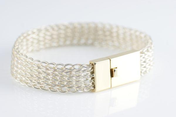 Gestricktes Armband in Silber mit Goldschließe